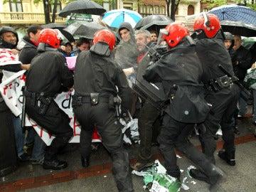La Ertzaintza carga contra los participantes de un escrache en Bilbao