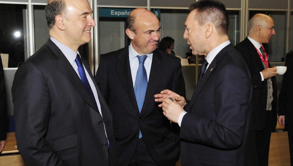 Luis de Guindos conversa con los ministros de Finanzas francés y griego