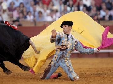 José María Manzanares corta dos orejas en su último toro
