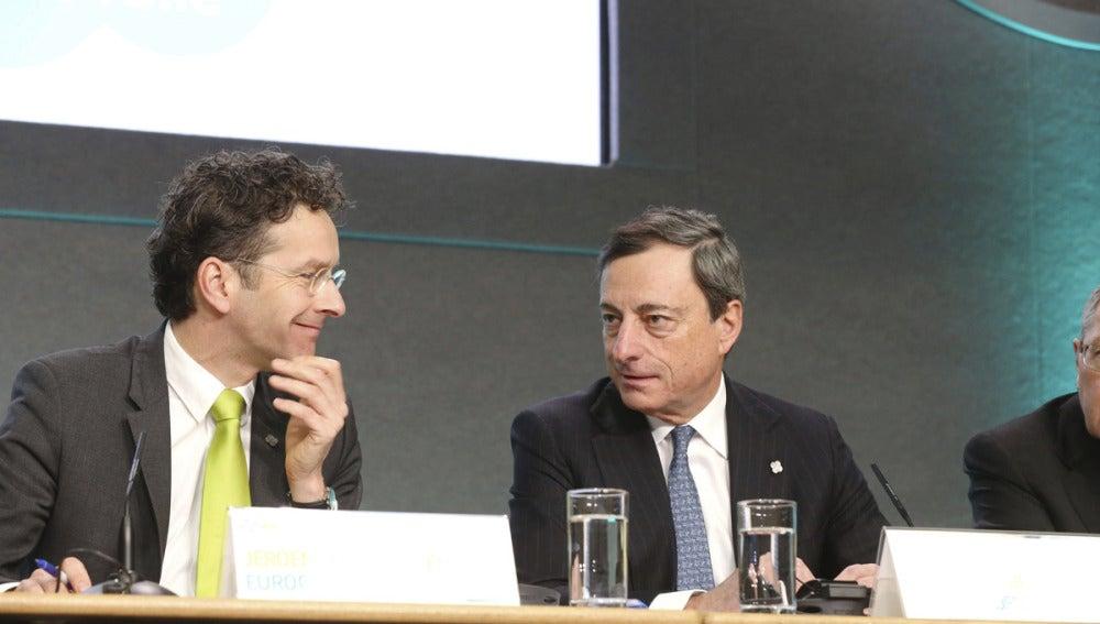 El ministro holandés de Finanzas, Jeroen Dijsselbloem, junto al presidente del BCE, Mario Draghi