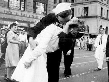 George Mendonsa besa a Greta Zimmer Friedman en Times Square