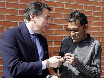 Ignacio González durante la entrega de la primera vivienda pública que va a ceder a desahuciados
