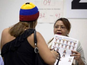 Una mujer entrega su papeleta en el Auditorio de Tenerife
