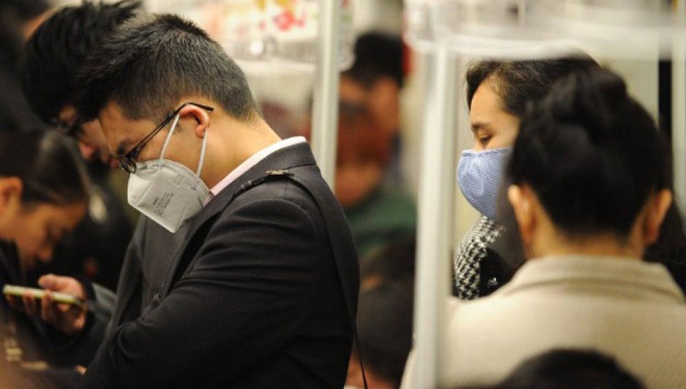 Los ciudadanos de Shanghai extreman las precauciones en el metro.
