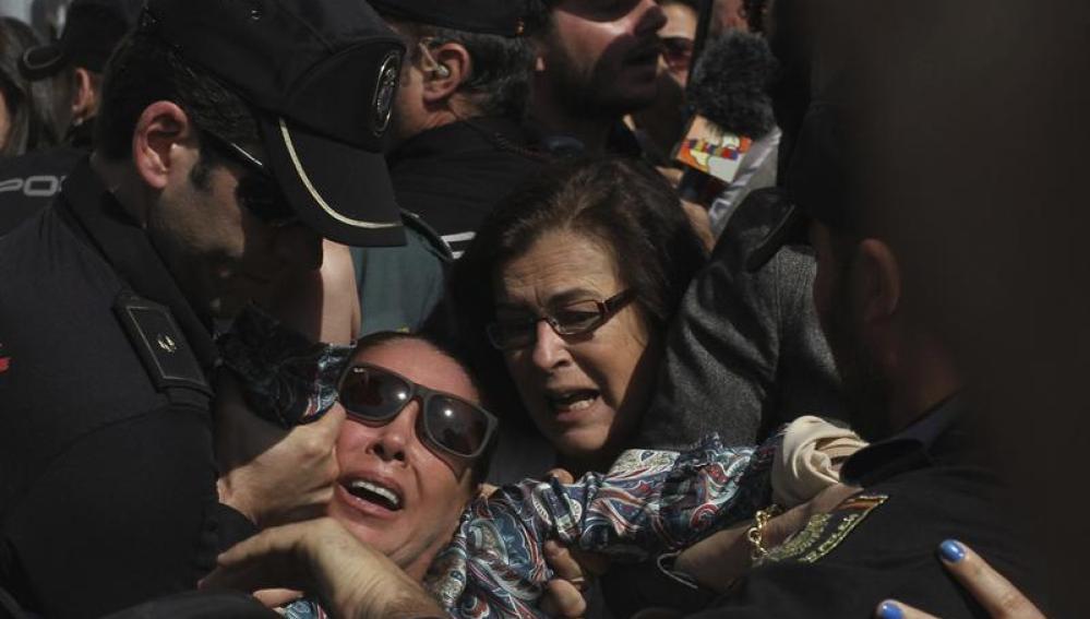 Isabel Pantoja se ha desmayado por el tumulto a la salida