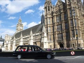 El ataúd de la ex primera ministra británica cubierto con la bandera nacional