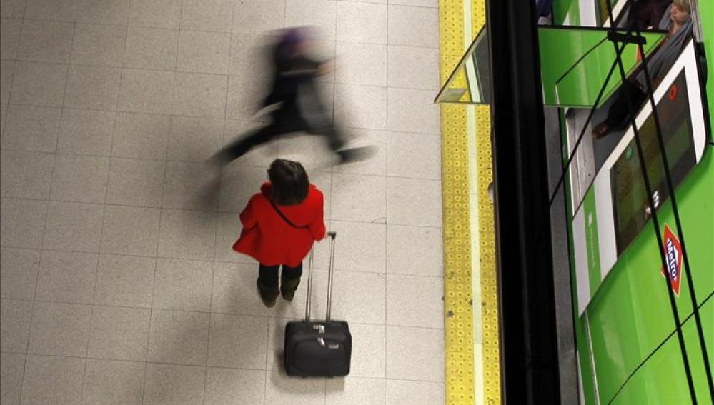 Una pasajera en un anden del metro.