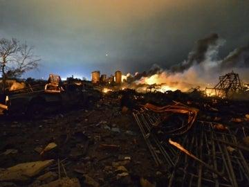 Escombros y llamas tras la explosión