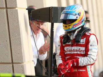 Alonso camina tras la carrera de Baréin