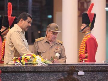 Castro y Maduro, en el mausoleo de Chávez