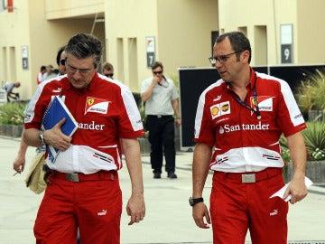 Pat Fry (izq) y Stefano Domenicali en Baréin