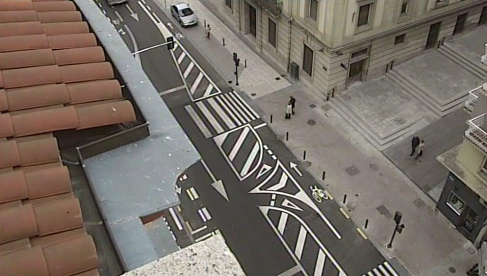La confusa señalización horizontal convierte una calle de Vitoria en un jeroglífico indescifrable