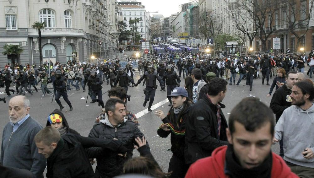 La Policía carga contra los manifestantes
