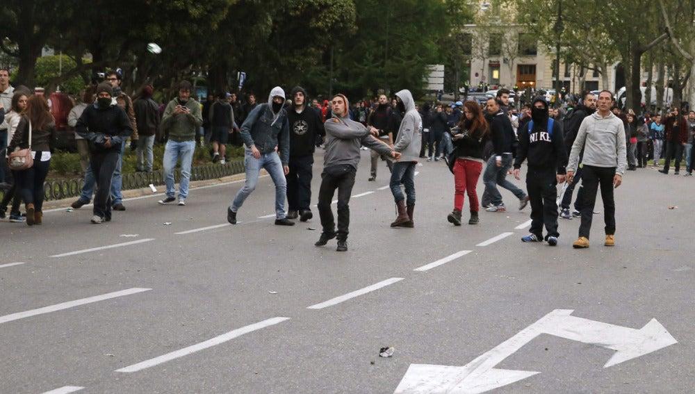 Manifestantes arrojan objetos contra la Policía
