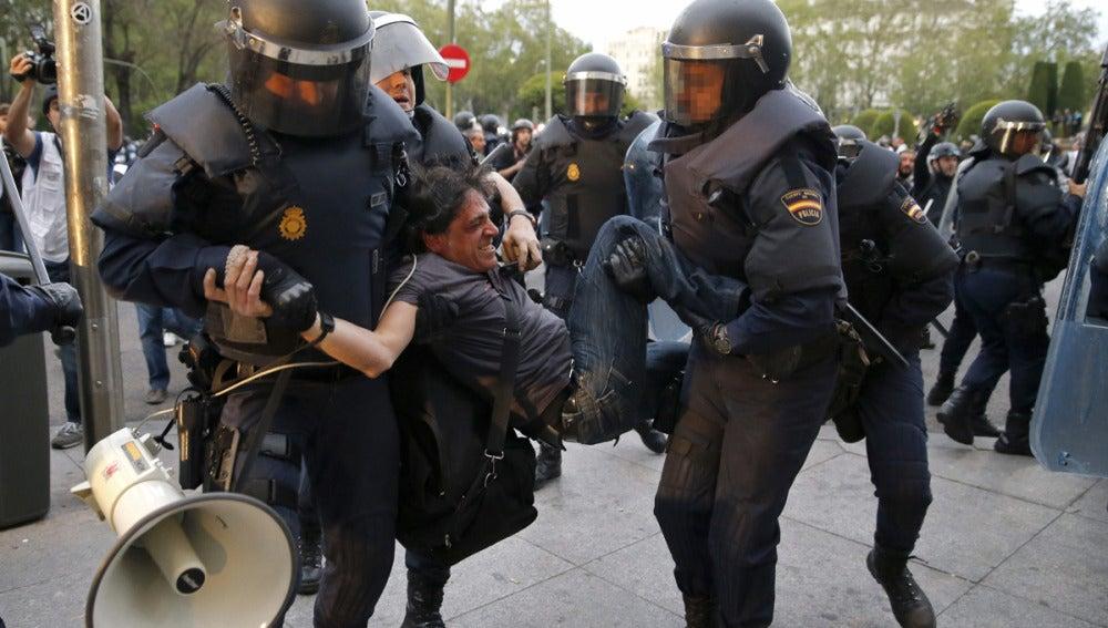 Agentes de policía detienen a un manifestante