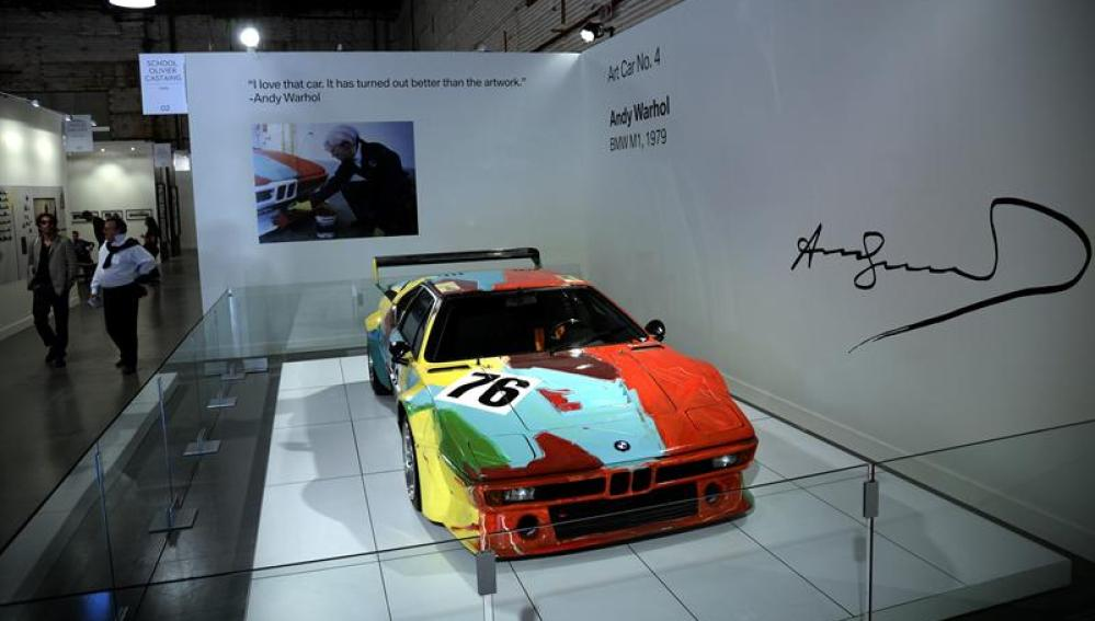 La obra del artista Andy Warhol 'Art Car No. 4' exhibido en la exposición Paris Photo en Los Ángeles