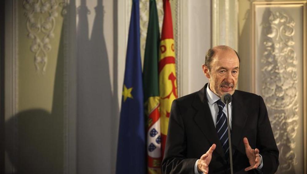 Rubalcaba se reúne con socialistas de Portugal y Francia