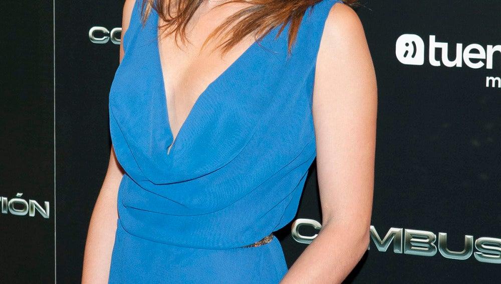Adriana Ugarte eligió un escotado vestido azul