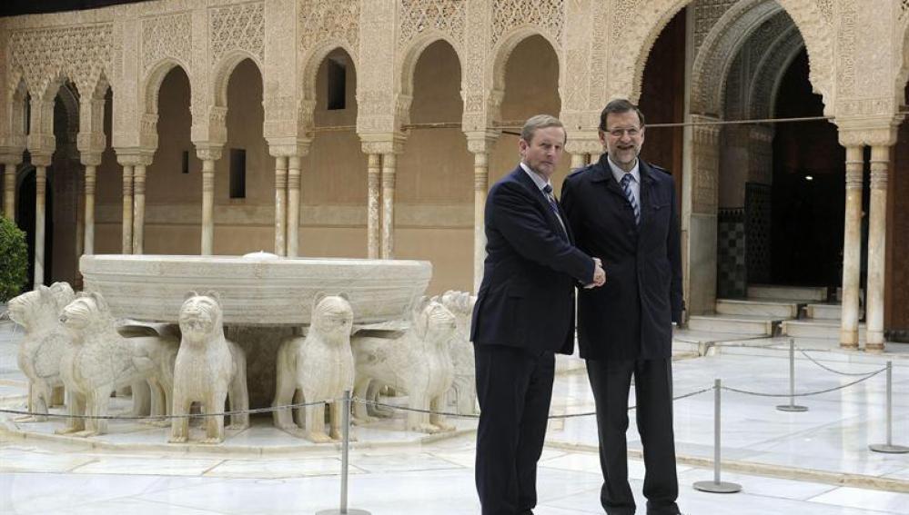 Mariano Rajoy saluda a Enda Kenny durante su visita a la Alhambra