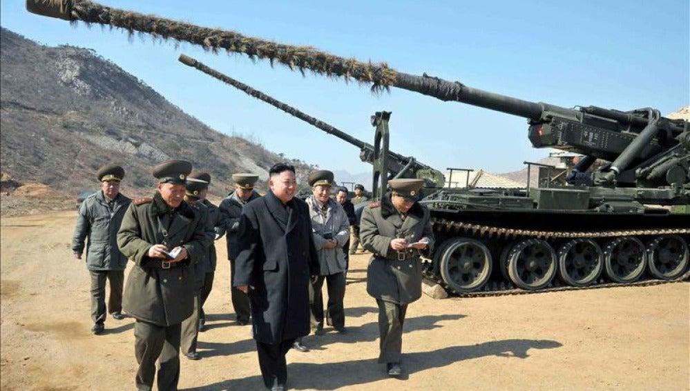 El líder norcoreano Kim Jong-un inspecciona un cañón de largo alcance en Pyongyang (Corea del Norte).