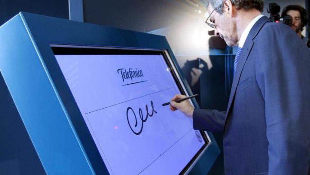 El presidente de Telefónica, César Alierta, durante la inauguración del Data Center de Telefónica