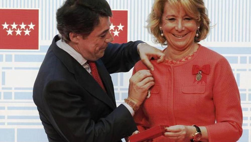 Ignacio González coloca a Esperanza Aguirre una de las medallas de Oro de la Comunidad de Madrid