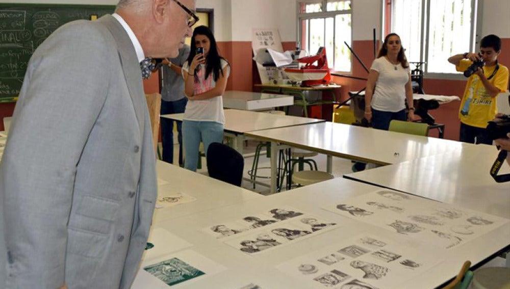 Manolo Blahnik observa diferentes ilustraciones de los alumnos de la Escuela de Artes y Oficios Artísticos