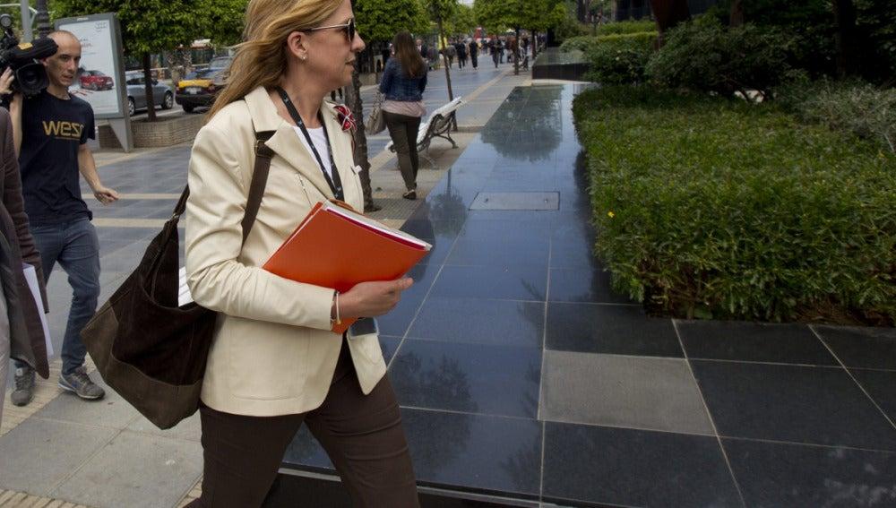 La infanta Cristina a su salida de su jornada de trabajo en La Caixa