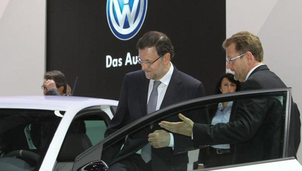 Mariano Rajoy durante su visita al Salón del Automóvil