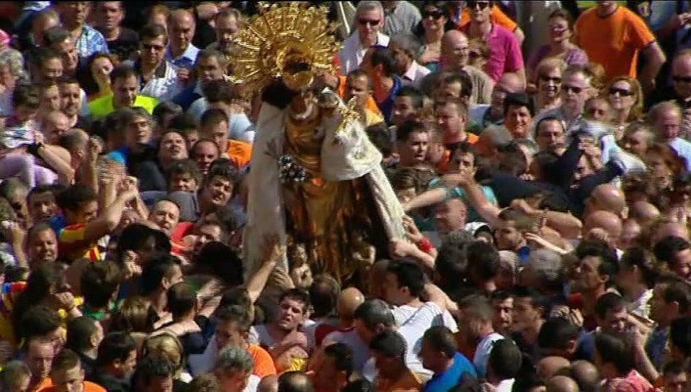 La Virgen de los Desamparados entre valencianos