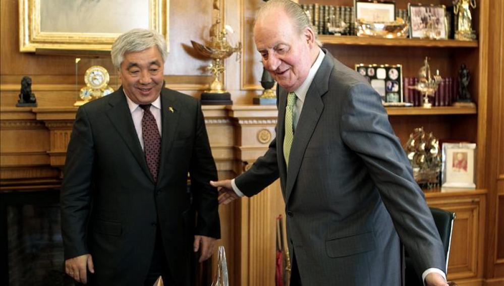 El Rey conversa con el ministro de Asuntos Exteriores de Kazajistán, Erlan Idrissov