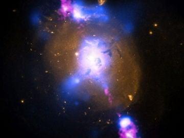 La intensa gravedad de un súpermasivo agujero negro puede ser aprovechado para generar un poder inmenso
