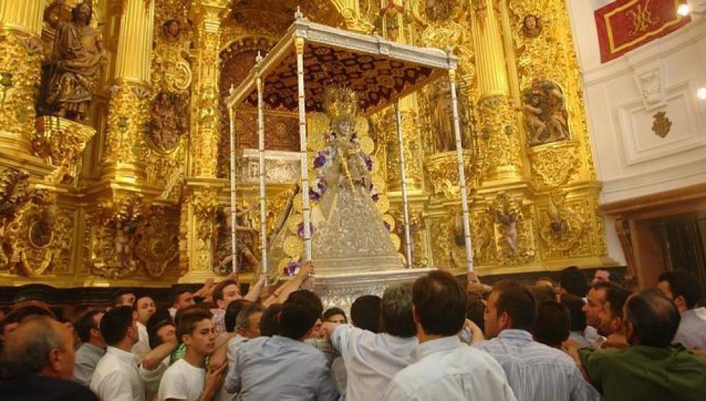 La Virgen del Rocío sale en procesión después de un tranquilo salto de la reja en Almonte