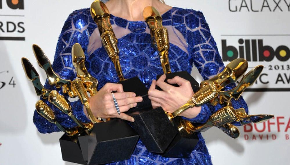 Taylor Swift sostiene sus ocho estatuillas.