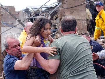 Rescatan a una niña de los escombros