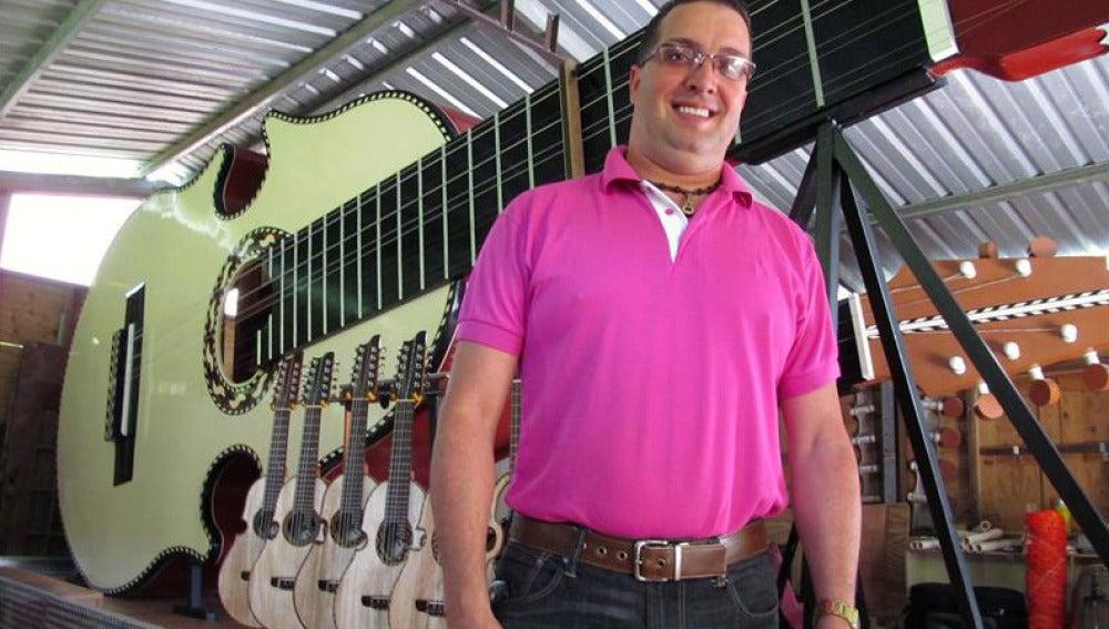 Luis Colón Ortiz posa ante su cuatro puertorriqueño de nueve metros de largo