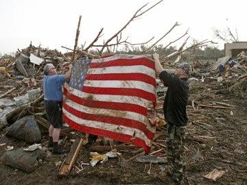 Colocan una bandera de EEUU en medio de la masacre