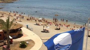 Vista de la playa de la Ribera en Ceuta, con la bandera azul en primer plano