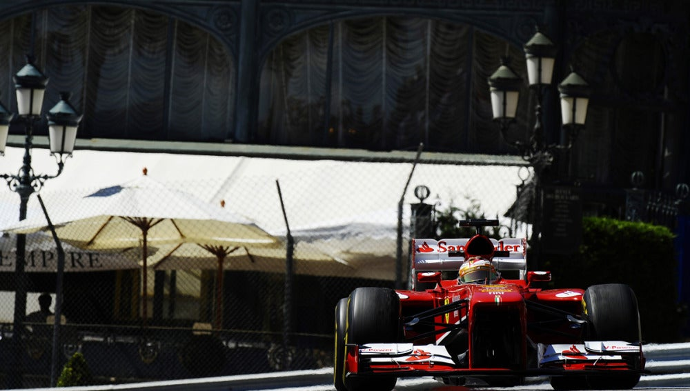 Alonso pilota el Ferrari en Mónaco