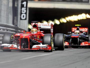 Alonso rueda delante de Sergio Pérez
