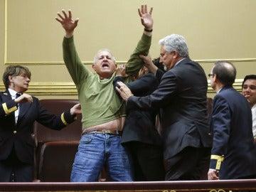 Un hombre es desalojado del Congreso al protestar por las preferentes