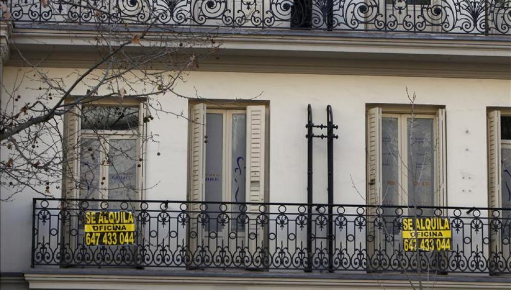 Carteles de alquiler en un piso de Madrid