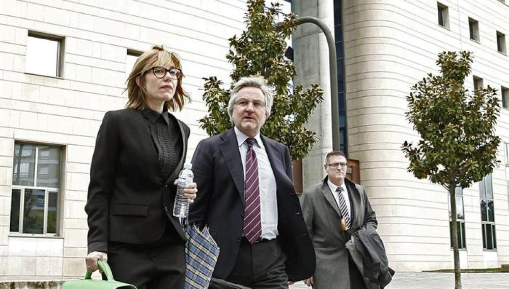 El exdirector general de Caja Navarra, Enrique Goñi y su abogada a su salida del Palacio de Justicia de Pamplona tras declarar como imputado en el caso.