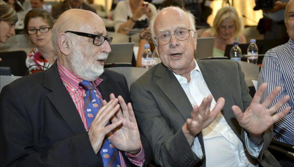 El físico británico Peter Higgs (d), conversa con su colega belga Francois Englert