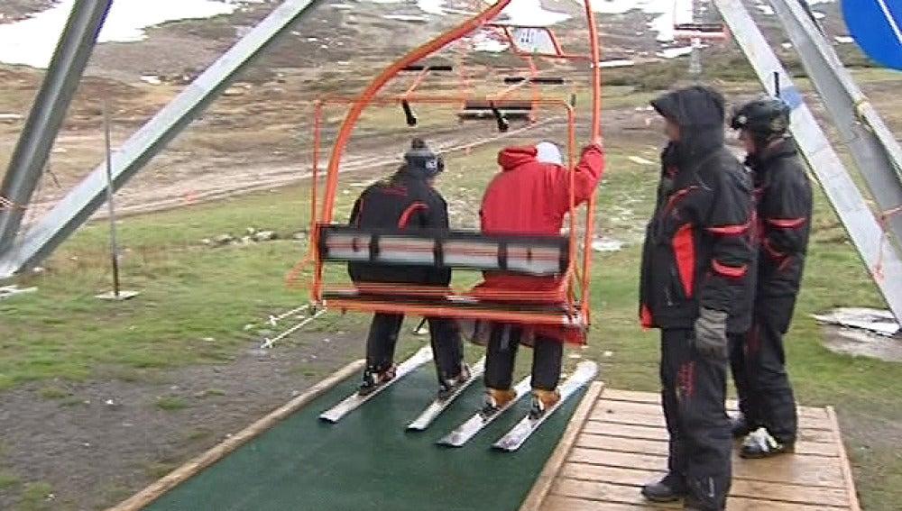 Esquiadores en una estación del Pirineo catalán en junio