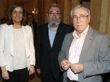 Fátima Báñez junto a Méndez y Toxo en el desayuno informativo.