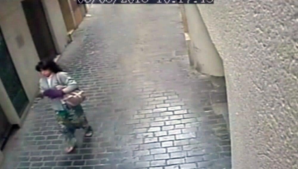 Atracador vestido de mujer captado por una cámara de seguridad