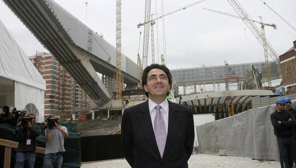 El arquitecto Santiago Calatrava junto a la obra del Palacio de Exposiciones y Congresos de Oviedo en 2006