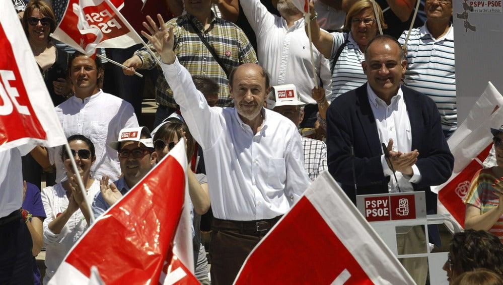 El secretario general del PSOE, Alfredo Pérez Rubalcaba, durante su intervención en la 'Fiesta de la rosa'