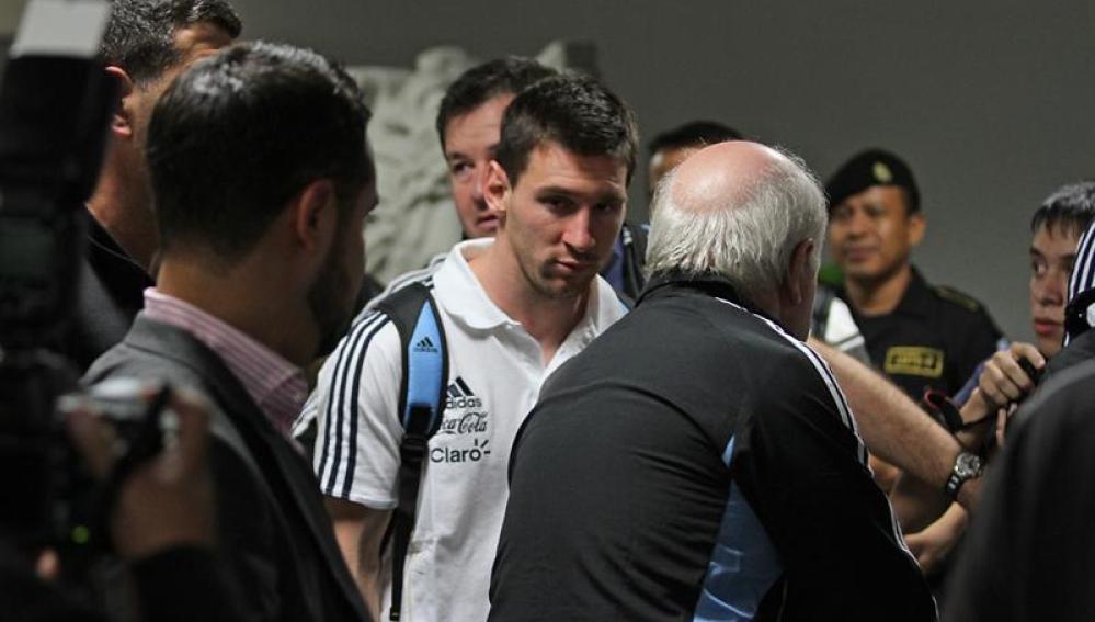 Messi llega junto con la selección argentina al aeropuerto La Aurora de Ciudad de Guatemala
